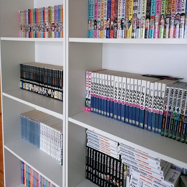 Kuvassa on kaksi kirjahyllyä, joiden hyllyillä on suomenkielistä mangaa.