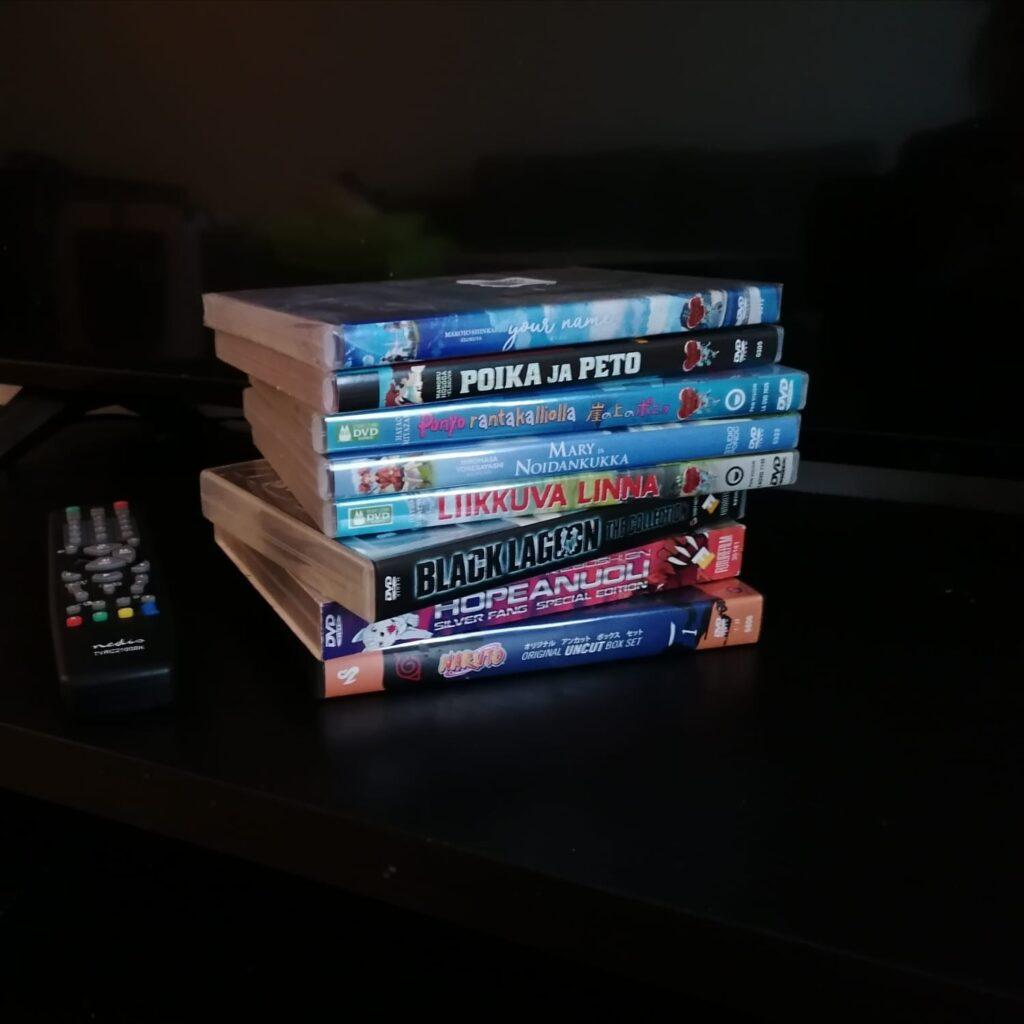 Kuvassa on pino DVD-levyjä koteloissaan. Koteloissa on anime-elokuvien nimiä.
