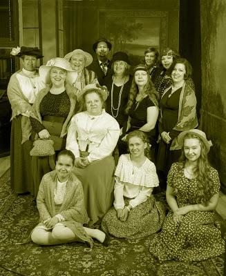 Kuvassa Betty-tapaamiseen osallistujia yllään 1900-luvun alkupuolen tyyliin pukeutuneina.