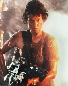 Ellen Ripley ase kädessään.