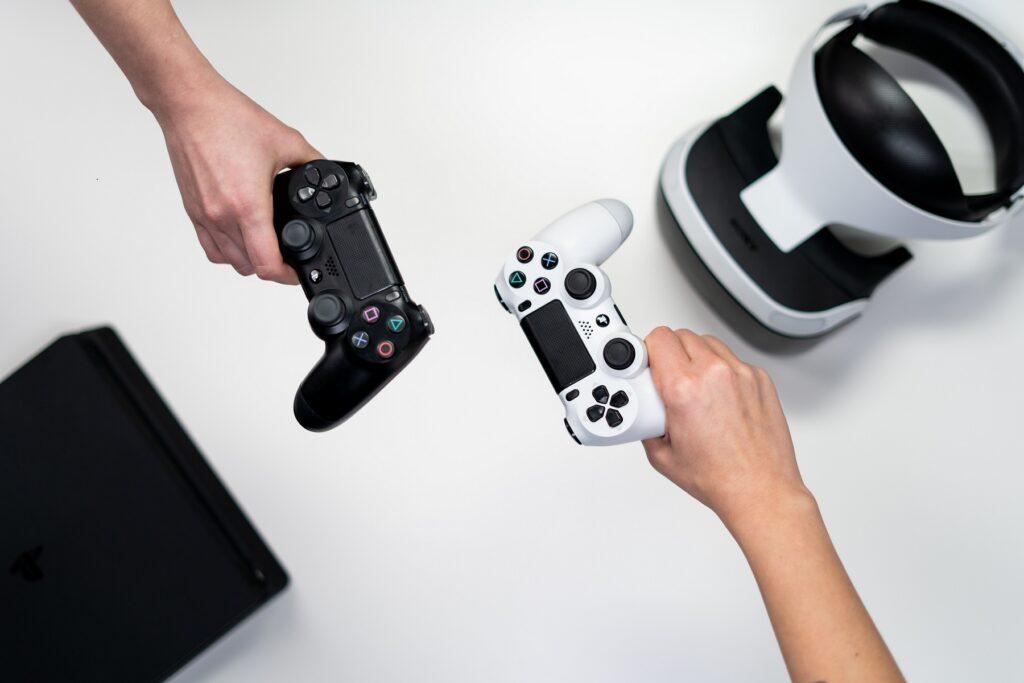Kuvituskuva, jossa kaksi henkilöä pitelee konsolin ohjaimia.