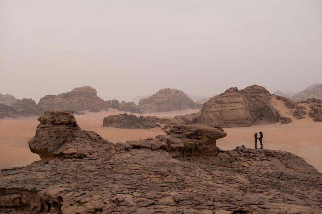 Maisema, jossa hiekkaa ja kuivia kivisiä maa-alueita.