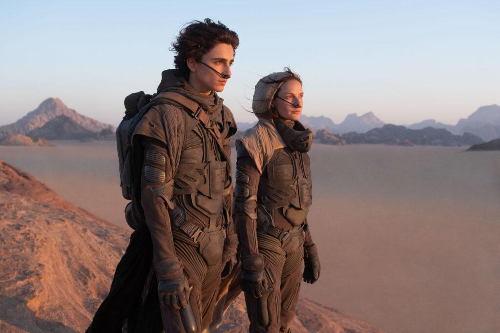 Paul ja Lady Jessica aavikkopuvut päällä aavikkomaisemassa.